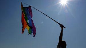 Un militant défendant les droits des homosexuels manifeste avec un drapeau arc-en-ciel abîmé, lors de la Gay pride le 26 juillet 2014 à Saint-Pétersbourg en Russie afp.com/Olga Maltseva