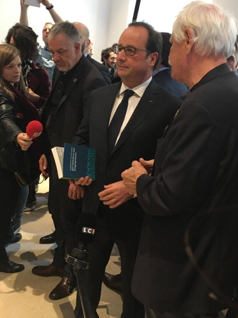 Le Président de la République François Hollande avec Yann Arthus Bertrand, tenant dans ses mains le livre écrit par l'EFJ pour Good Planet.