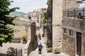 les-maisons-gratuites-de-la-ville-abandonnee-de-gangi-en-sicile-01