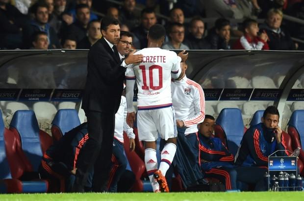 L-entraineur-de-Lyon-Hubert-Fournier-g-felicite-Alexandre-Lacazette-N.10-a-sa-sortie-du-terrain-en-Ligue-des-champions-contre-Valence-le-29_afp-article